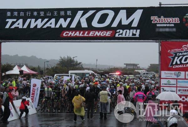 来自28个国家和地区的车手在细雨中整装待发,准备迎接挑战。 李柏涛摄