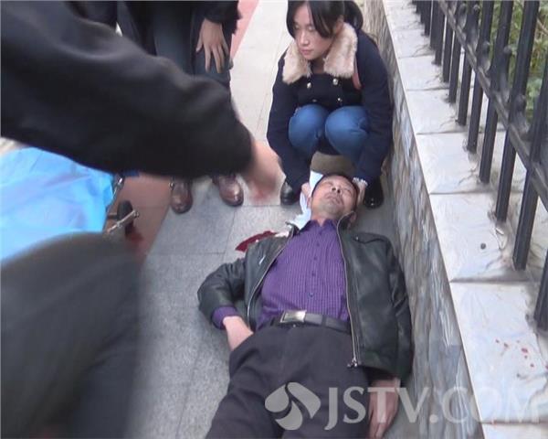 男子突然倒地头部流血 最美女孩蹲下双手止血(组图)图片