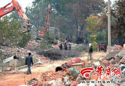 14日,子午峪台沟村,违法建筑已拆除完毕,工人们在清理建筑垃圾 华商报记者 于卓 摄