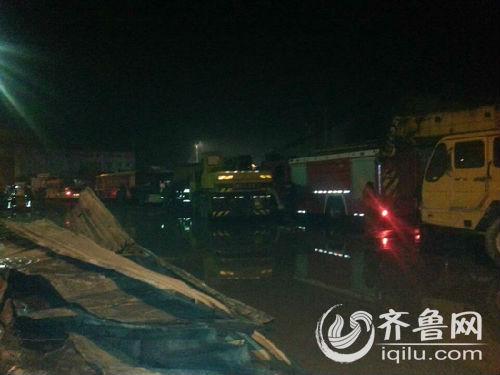 11月17日凌晨,山东寿光龙源食品有限公司火灾后的现场。11月16日晚,该企业发生大火。齐鲁网 图