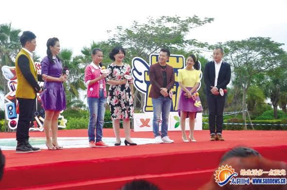 鞠萍幽默风趣的主持感染现场观众。记者 钟宝坤 摄