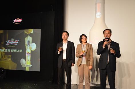 百威英博亚太区及中国东南区高层共同举杯庆祝新产品发布