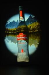 发布会现场,百威啤酒新产品——百威金尊小瓶的炫彩立体3D呈现