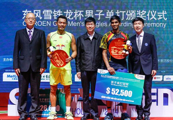 东风雪铁龙总经理陈曦(左一)为男单冠亚军颁奖