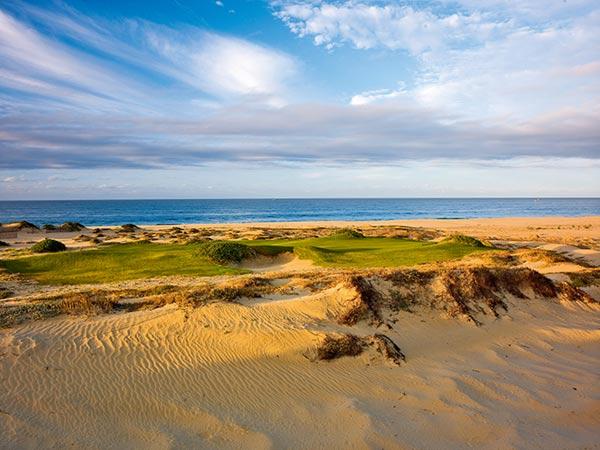 以壮阔的海滩为背景的三杆洞16号洞,大多数情况下你需要逆风而上