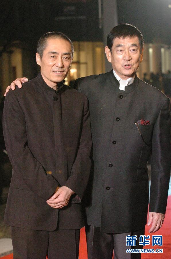 这是2005年10月22日在日本东京拍摄的高仓健(右)与中国导演张艺谋出席第18届东京国际电影节开幕式的资料照片。 新华社记者马平摄