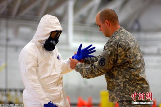 资料图:当地时间10月9日,美军传染病医学研究所,美国101空降师的士兵正在学习预防埃博拉病毒的相关知识。
