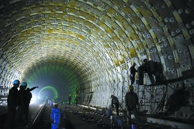 昨天晚上,北京站至北京西站地下直径线隧道施工现场,工人们正在连夜进行隧道管片加固工程。