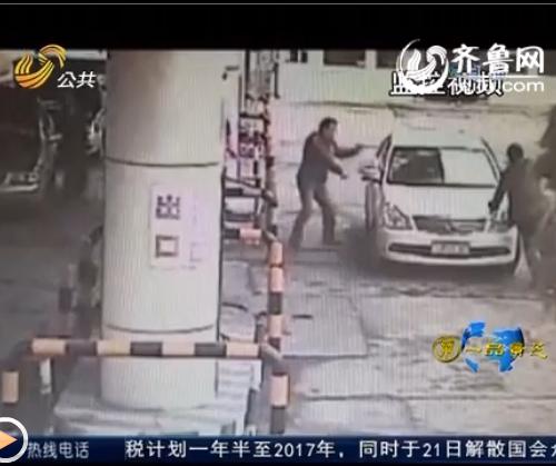 四名警察将毒贩包围(视频截图)