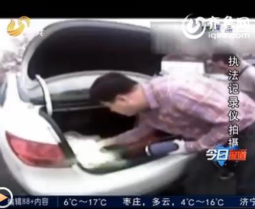 在车的后背箱里,警方缴获了高纯度冰毒998克,一共25包(视频截图)
