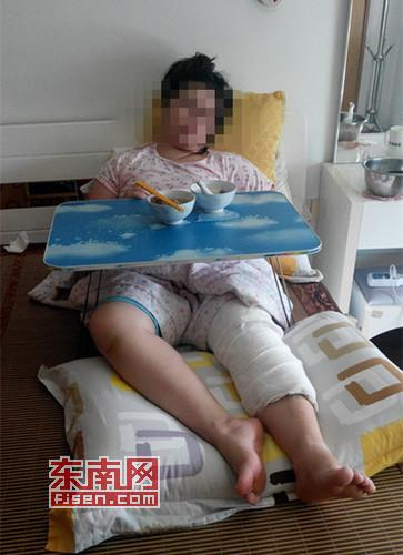 受伤的陈女士的腿部仍然打着绷带,生活需家人照顾