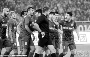 足协杯决赛首回合,舜天将士集体抗议澳洲裁判。