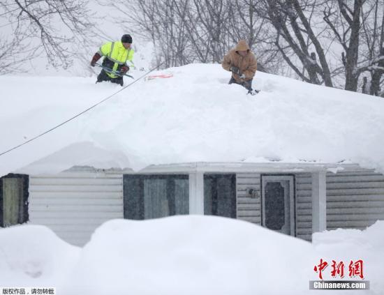 当地时间2014年11月19日,美国纽约州遭遇致命暴风雪天气袭击,部分地区降雪达1.5米,纽约州西部部分城镇已基本处于瘫痪状态,部分高速公布关闭。