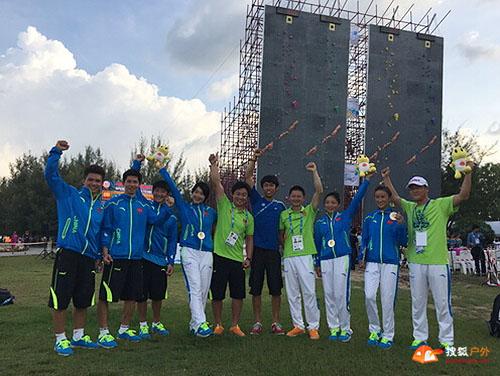 中国攀岩队全体成员庆祝顺利完赛