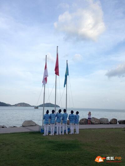 中国攀岩队代表中国代表团参加升旗仪式升起五星红旗