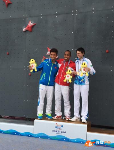 钟齐鑫(左一)获得男子速度攀岩个人赛亚军