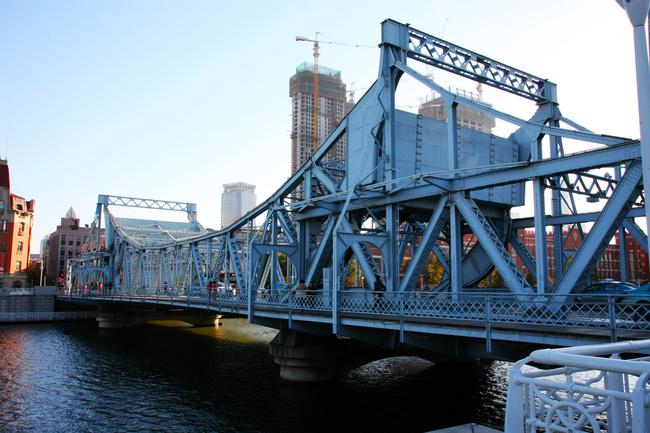 解放桥是一座全钢结构可开启的桥梁,建于1927年,当有大船经过的时候