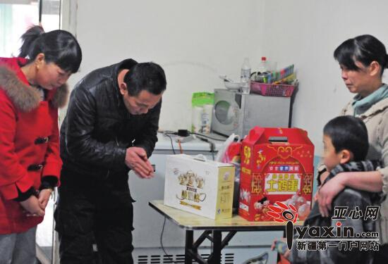 11月20日,小毛的班主任老师和打人保安,拿着慰问品登门道歉争取一家人原谅。