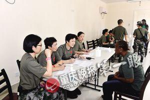 援利医疗队正在面试当地人员通讯员 姜恒 张远军 摄