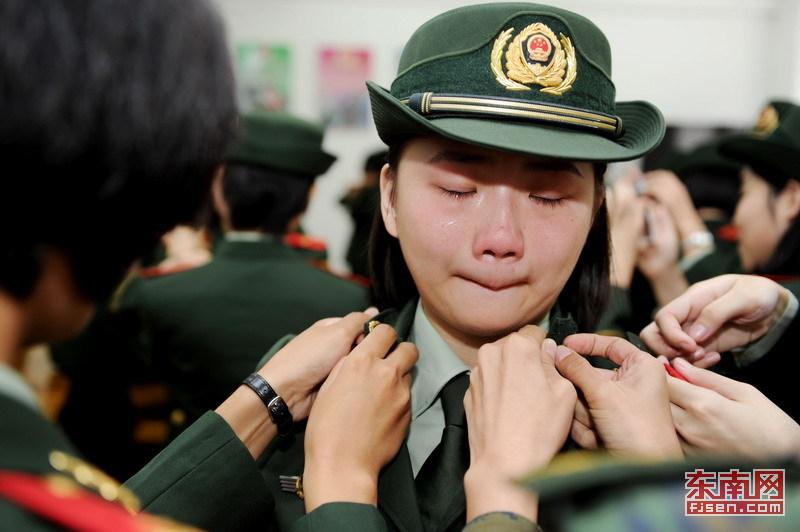 又到一年退伍时:退伍高清美女哭成打底[士兵](美女穿衫泪人图片图片