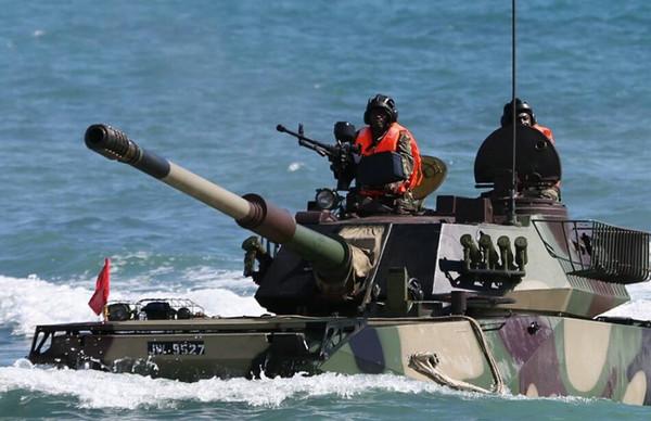原文配图:非洲士兵驾中国水陆坦克与解放军联合作战.