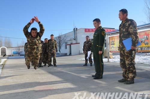 军人立定_图为:该站组织官兵进行立定跳远