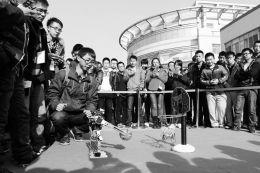 """11月24日,在省城中北大学校园里,由该校大学生机器人协会成员举办的""""智能生活,创意校园,中北大学机器人科技展览会"""",吸引了众多学生的眼球。"""