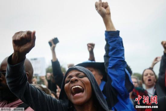 """资料图:美国密苏里州,示威者行进到圣路易斯市弗格森镇警察局,要求警察""""承认其罪行""""。"""