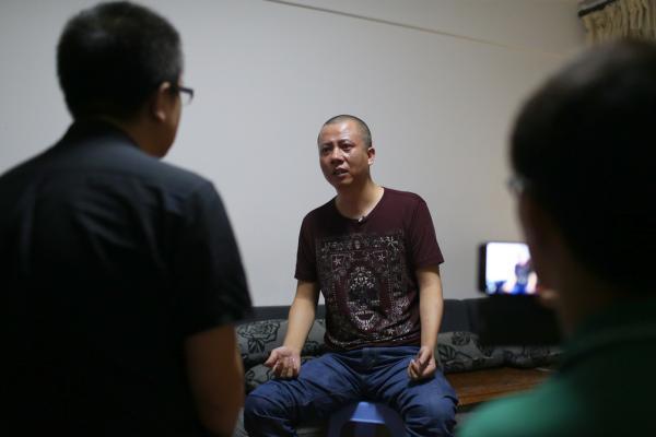 """2014年8月23日,无罪释放的第二天念斌接受记者拍摄,他说""""这8年来我没放弃,有种信念支撑着我,假的不可能变成真的,我始终相信法律总有一天会还我清白。"""" 王辰 澎湃资料"""