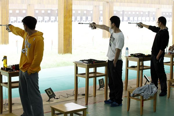 图文:全国射击总决赛鸣枪 帅气举枪