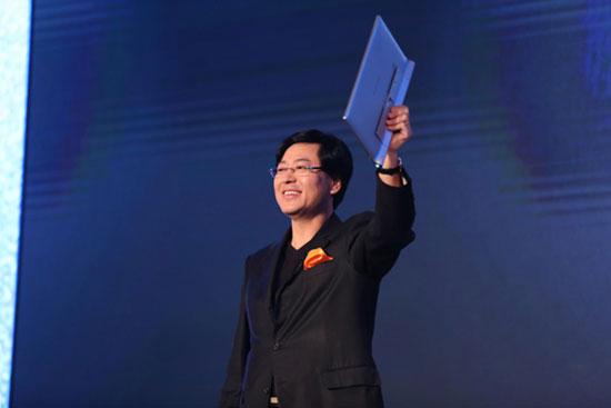 10月10日,联想集团董事长兼CEO杨元庆介绍YOGA系列产品的多项创新。新华网发