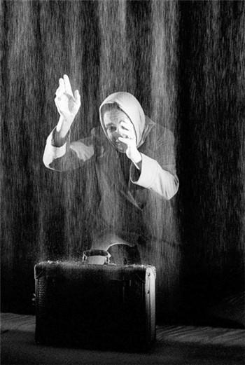 《盐》讲述了一个女人追寻旧爱的故事,盐象征了风干的泪水。Tony d'Urso 摄