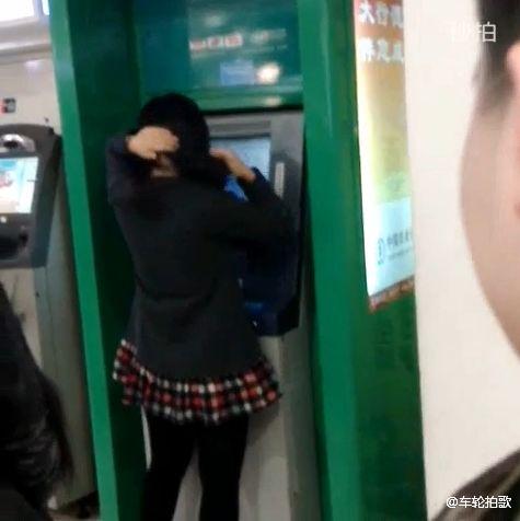女子占着ATM打扮被打 直呼我项链两千多(图)