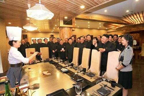朝鲜领导人金正恩与妻子李雪主视察平壤一家新开业的餐馆。