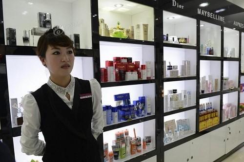 平壤海棠花休闲中心内的化妆品专柜,迪奥等国际品牌都能在这里觅得身影。