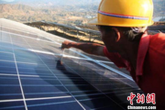 四川攀枝花盐边县万家山3万千瓦光伏电站工人正在紧张施工。 高寒 摄