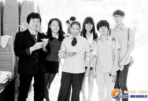 感恩节,华大学生制作纸花送给学校后勤人员。华大青协 供图
