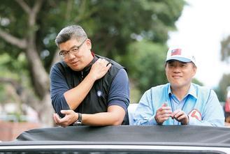 台北市长候选人连胜文(左)27日与台北市长郝龙斌以车队扫遍台北市,由于时间很长,连胜文不时用手按酸痛的肩。图:台湾《联合报》