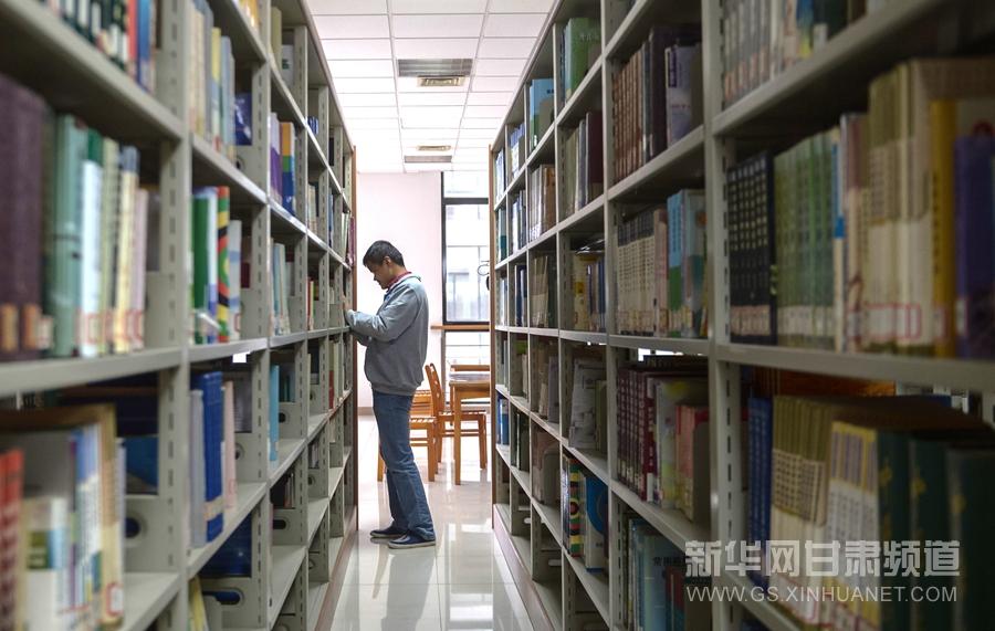 张耀东在学校图书馆找书(11月26日摄).新华社记者 程敏