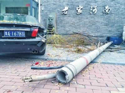 辆轿车受损