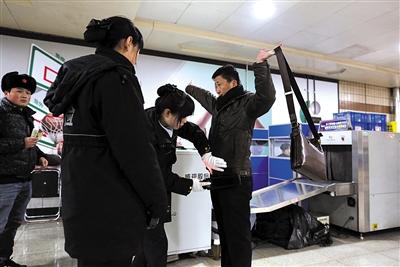 """门西站实行手检安检.今后,北京地铁""""人物同检""""将不做强制规定图片"""