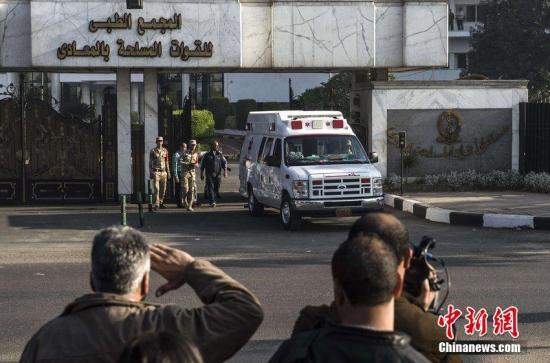 埃及前总统穆巴拉克在当地时间29日再次出庭,因其2011年涉嫌谋杀数百示威者接受终审判决。图为穆巴拉克乘车离开机场。CFP视觉中国