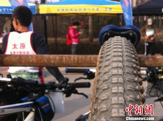 """山西太原第二届""""行者杯""""铁人三项户外挑战赛29日在太原开赛,选手闻枪起跑。 胡健 摄"""