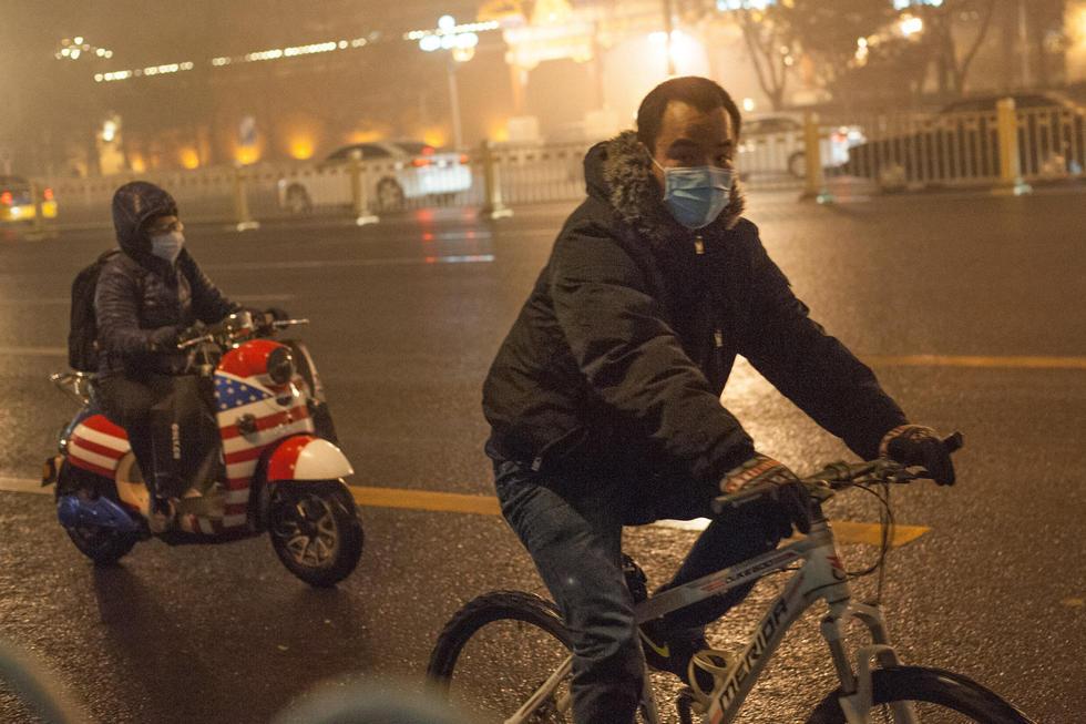 2014年11月29日,北京,今天下午一点天色突然变暗,路上车灯路灯全部打开,三点已是漆黑。四点半左右开始下起小雨。据气象台,华北将迎来降温天气。图片来源:CFP视觉中国