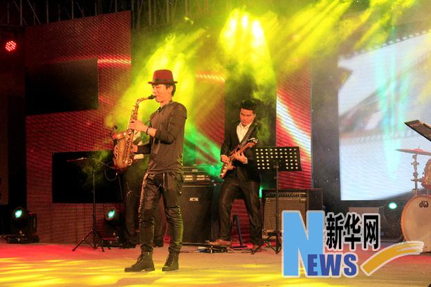 韩国著名萨克斯演奏家姜基曼现场表演.(蒋巧玲)