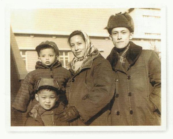 莫华伦三岁时的全家福。拍摄于北京医科大学附属三院宿舍前。(恭喜最小年龄的莫华伦勇夺全家最大眼睛奖)前排莫华伦哥哥 后排左起:莫华伦、莫华伦母亲、莫华伦父亲。