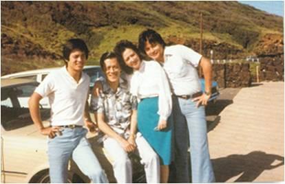 莫华伦及家人在夏威夷合影 (左起 哥哥 父亲 母亲 莫华伦)长头发、瘦T恤、喇叭裤,绝对引领当时的新潮。