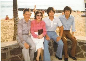 莫华伦及家人在夏威夷合影(左起父亲、母亲、莫华伦、哥哥)家人都换了行头,他还在穿同一身。
