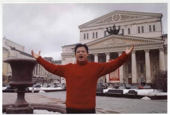 2004年莫斯科录制专辑时莫斯科大剧院前留影