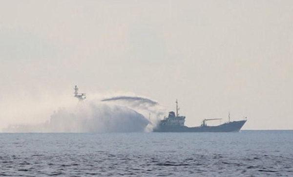 资料图:中国大型海警船只追击越南船只并利用水炮攻击对方。